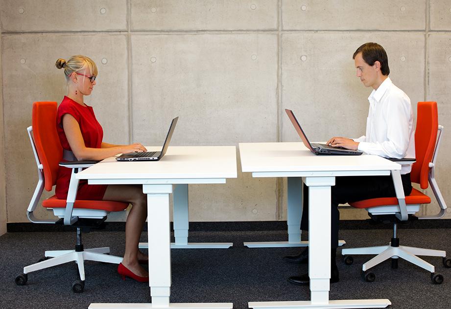 איך לשנות את עמדת העבודה במשרד או בבית, כך שתהיה ידידותית לגוף?